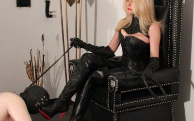 Mistress Eleise being worshipped